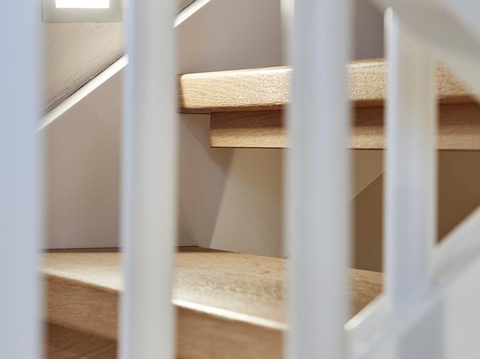 bauen-treppe-landhaus-stil-wange-weiss